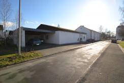 Große Gewerbehalle mit Carport und Garage